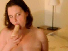Молодая толстуха обнажив большие сиськи занялась домашней мастурбацией