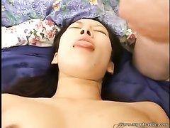 Развратник дрочит член и кончает на лицо азиатки сделавшей домашний минет