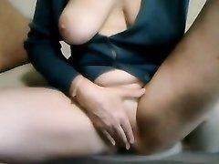 Зрелая грудастая дама наслаждается любительской мастурбацией перед вебкамерой