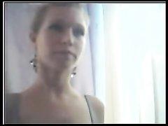 Молодая красотка по любительской вебкамере показывает попу и большие сиськи