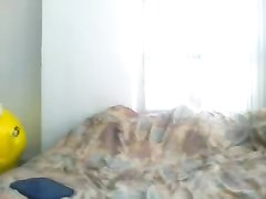 Любительская мастурбация грудастой красотки с круглой попой перед вебкамерой