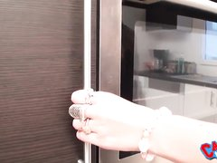 Французские домохозяйки на кухне занялись желанным лесбийским сексом с куни