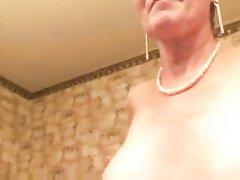 Зрелая дама по домашней вебкамере показывает большие сиськи и дырочки