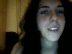 Молодая итальянка перед домашней вебкамерой обнажила большие сиськи и киску