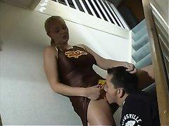 Блондинка с большими сиськами возбудившись от куни сделала любительский минет