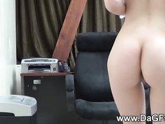 Брюнетка с маленькими сиськами наслаждается домашней мастурбацией с вибратором