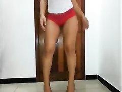 Эротический танец привлекательной домохозяйки вертящей круглую попу