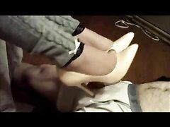 Любительский фут фетиш с ухоженной госпожой в кожаных туфлях на высоком каблуке