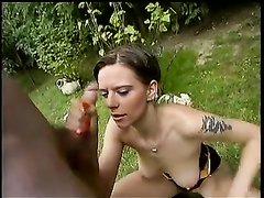 Негр в общественном парке дрочит чёрный член и кончает на лицо белой любовницы