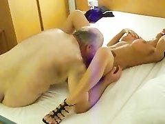 Любовник сделал куни и трахнул зрелую брюнетку с большими сиськами в постели