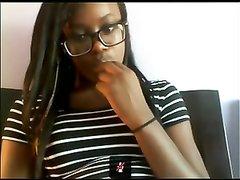Молодая негритянка возле вебкамеры занялась домашней мастурбацией киски