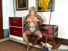 Стриптиз и любительская мастурбация зрелой блондинки с большими сиськами