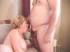 Ласковый любовник лижет клитор зрелой и толстой блондинки с большой попой