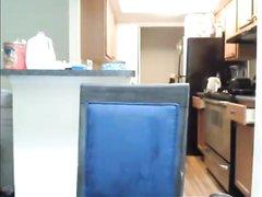 Знойная молодая кокетка наслаждается домашней мастурбацией перед вебкамерой