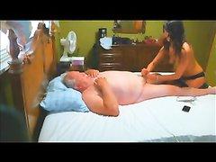 Зрелый толстяк перед скрытой камерой расслабился с молодой массажисткой