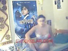 Молодая домохозяйка с загаром перед вебкамерой позирует обнажённой в постели