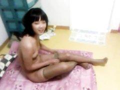 Азиатка с маленькими сиськами трахается и делает домашний минет в постели
