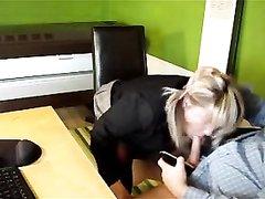 Немецкая блондинка с большой попой сделав любительский минет отдалась боссу