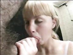 Блондинка крупным планом сделала минет любовнику для окончания на лицо и в рот