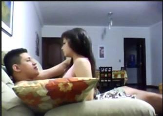 Скрытая камера снимает брюнетку трахающуюся с любовником на диванчике