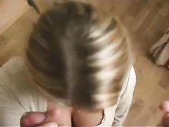 Смазливая блондинка чеканит любительский минет для окончания на лицо