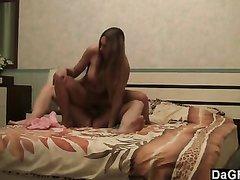 Стриптиз и жёсткий домашний секс с молодой девушкой отдавшейся в постели