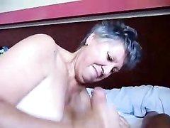 Зрелая толстуха с большими сиськами в постели жадно отсасывает член любовника