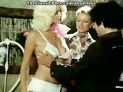 Групповое домашнее ретро с ненасытными зрелыми блондинками в чулочках