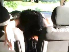 Зрелая авто леди для любительской мастурбации использует рукоятку в машине