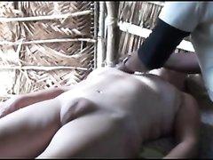Массажистка перед скрытой камерой обслуживает зрелую женщину с бритой щелью