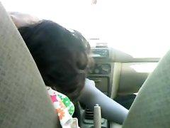 Молодая авто леди в машине увлеклась любительской мастурбацией киски