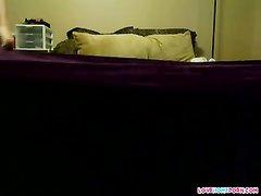 Молодая шалава с бритой киской в отеле трахается после домашнего минета
