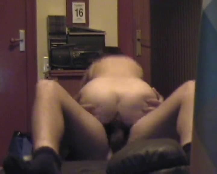 Белая домохозяйка перед скрытой камерой оседлала твёрдый чёрный член негра