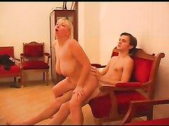 Молодой любовник трахнул зрелую и толстую русскую блондинку с большими сиськами