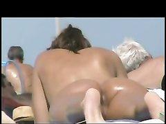 Скрытая камера на нудистском пляже снимает обнажённых блондинок и брюнеток
