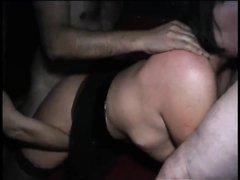 Групповой любительский минет с окончанием на большие сиськи зрелой брюнетки