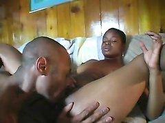 Негритянка с круглой попой после минета и куни отдалась темнокожему любовнику
