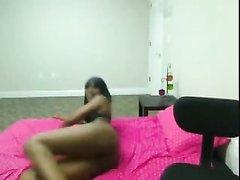 Молодая и шикарная негритянка стоя на карачках показывает упругую попу