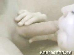 Грудастая блондинка с бритой киской крупным планом строчит домашний минет