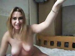 Шаловливая молодая домохозяйка по вебкамере показывает большие сиськи и киску