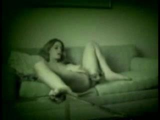 Подглядывание домашней мастурбации молодой девушки с маленькими сиськами