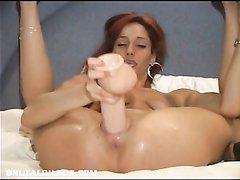 Рыжая дама использует секс игрушку для домашней мастурбации в постели