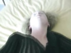 Зрелая домохозяйка в чулках крупным планом трахается в анал с окончанием внутрь