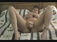 Зрелая домохозяйка с большими сиськами мастурбирует киску интимной игрушкой