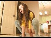 Домашняя мастурбация молодой девушки в чулках оголившей маленькие сиськи