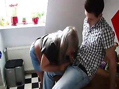 Зрелая и толстая грудастая блондинка сосёт член и трахается с молодым любовником