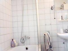Домашняя скрытая камера в ванной снимает красотку с маленькими сиськами