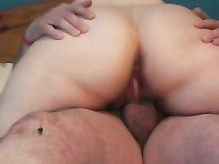 Зрелая и толстая домохозяйка с большой попой трахается в позе наездницы