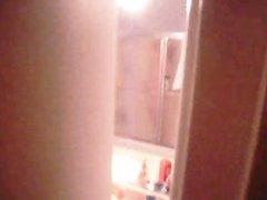 Подглядывание за фигуристой домохозяйкой купающейся утром рано в ванной