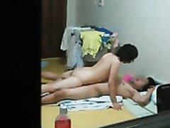 Азиатская домохозяйка вечером перед скрытой камерой отдалась супругу